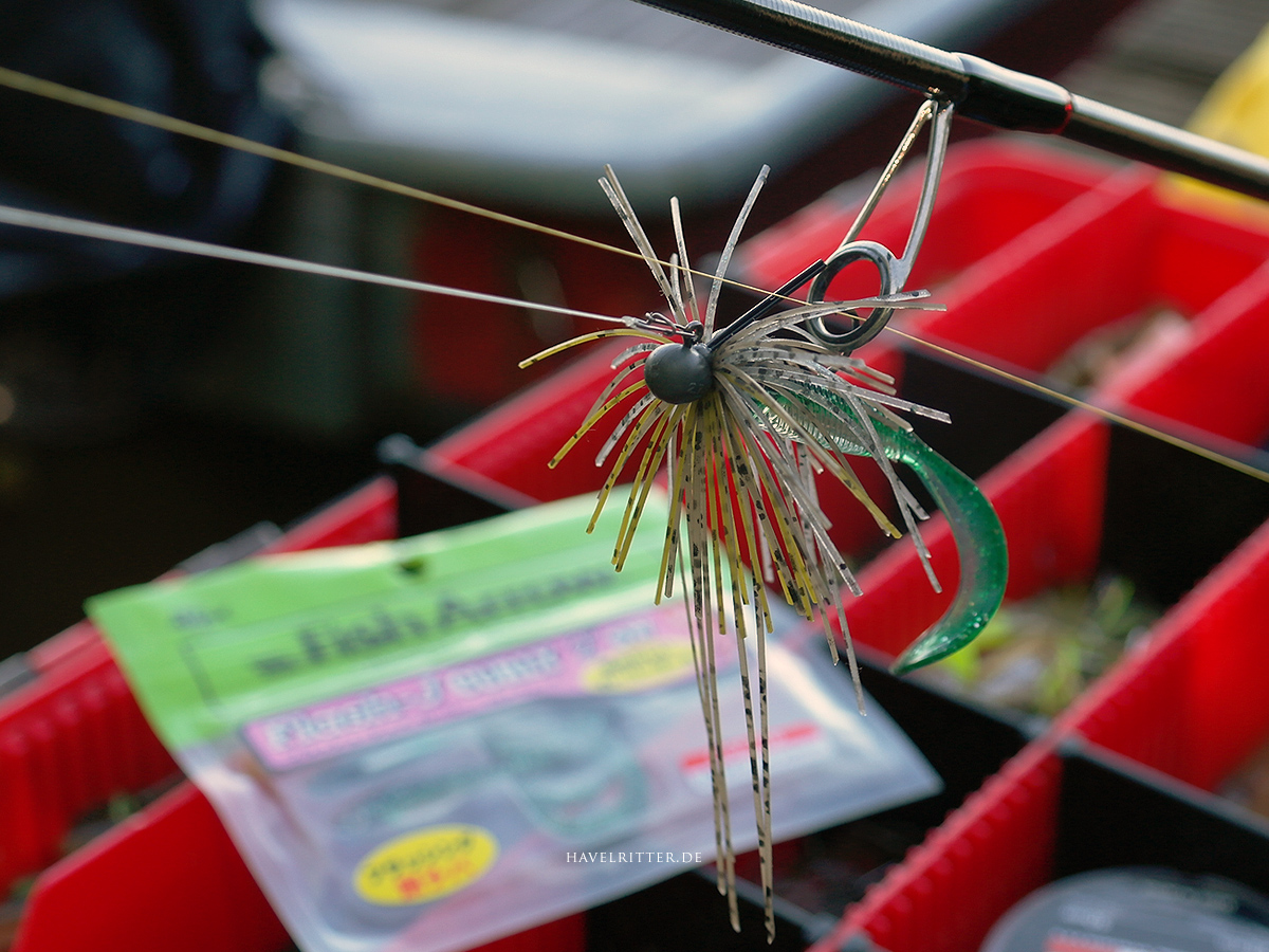 Fish Arrow Flash-J Curly 2 Twister als Trailer am Skirted Jig