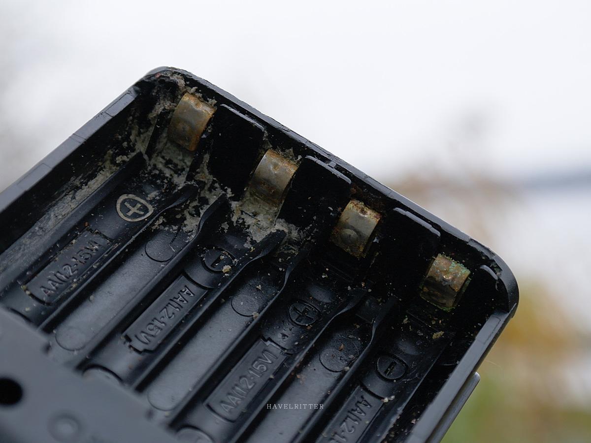 Defektes Batteriefach dank ausgelaufener Energiezellen